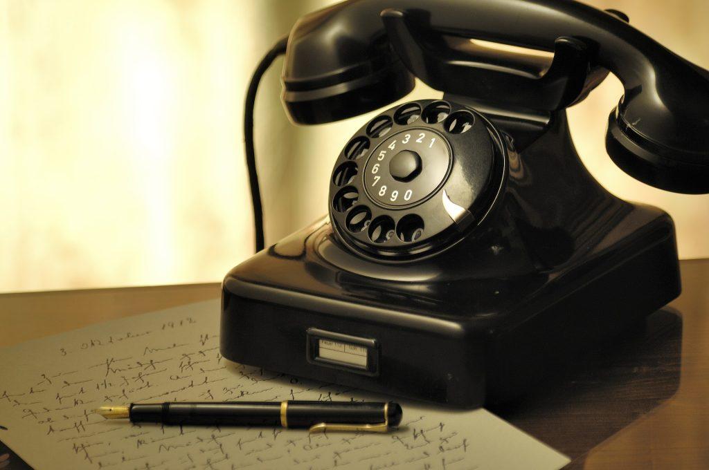 Bilde: Gammel rotary telefon og skriveblokk.